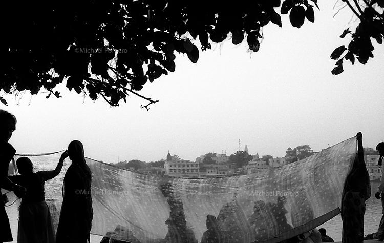 11.2008  Pushkar (Rajasthan)<br /> <br /> Women dring a sari during the pilgrimage of kartik purnima near the lake.<br /> <br /> Femmes faisant sécher leur sari pendant le pèlerinage de kartik purnima près du lac.