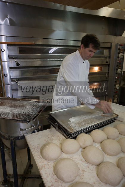 """Asie/Israël/Galilée/Rosh Pina/Safed: Préparation des pains bio à la boulangerie de l'Hotel Restaurant """"Mizpe Hayamim"""" avec sa ferme bio -créé par le docteur Yaros Yaroshlavsky dans les années 60"""