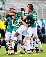 CALI - COLOMBIA -22-10-2016: Los jugadores de Deportivo Cali celebran el gol anotado a Atletico Junior, durante partido entre Deportivo Cali y Atletico Junior por la fecha 17 de la Liga Aguila II-2016, jugado en el estadio Deportivo Cali (Palmaseca) de la ciudad de Cali. /  The players of Deportivo Cali celebrate a scored goal to Atletico Junior, during a match between Deportivo Cali and Atletico Junior, for the date 17 for the Liga Aguila II-2016 at the Deportivo Cali (Palmaseca) stadium in Cali city. Photo: VizzorImage  / Nelson Rios / Cont.