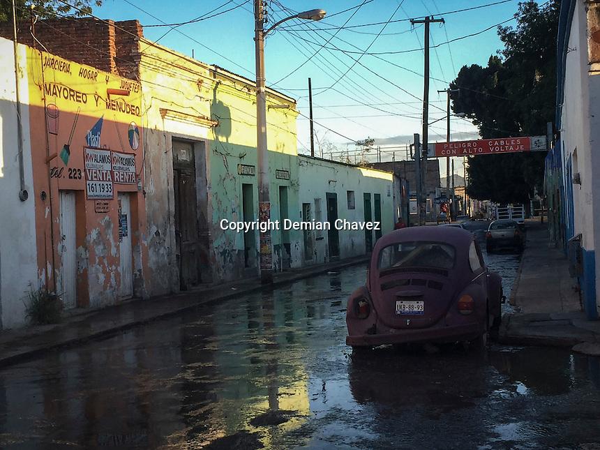 Quer&eacute;taro, Quer&eacute;taro. 9 de septiembre de 2016.- Durante horas, los vecinos del Tepetate han tenido que soportar los malos olores y la posibilidad de contraer alguna enfermedad debido a la fuga de aguas negras de una alcantarilla en la calle de Primavera a unas cuadras del Mercado tradicional del &ldquo;Tepe&rdquo;.<br /> <br /> <br /> Foto: Demian Chavez