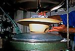 Produção de chapéu panamá em Cuenca, Equador. 1997. Foto de Juca Martins.