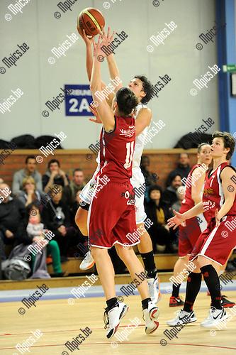 2013-01-26 / Basketbal / seizoen 2012-2013 / Kangoeroes Boom - BG Willebroek / Bynens probeert Hendrickx (Kabo) af te stoppen..Foto: Mpics.be