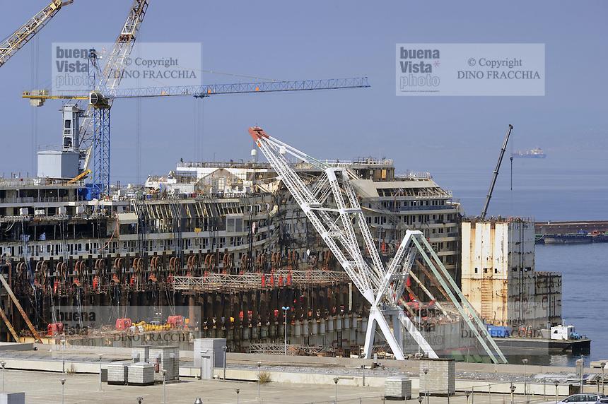 - porto di Genova, il relitto della nave da crociera Costa Concordia in via di smantellamento<br /> <br /> - port of Genoa, the wreck of the cruise ship Costa Concordia being dismantled