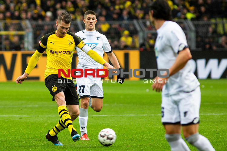 09.02.2019, Signal Iduna Park, Dortmund, GER, 1.FBL, Borussia Dortmund vs TSG 1899 Hoffenheim, DFL REGULATIONS PROHIBIT ANY USE OF PHOTOGRAPHS AS IMAGE SEQUENCES AND/OR QUASI-VIDEO<br /> <br /> im Bild | picture shows:<br /> Lukasz Piszczek (Borussia Dortmund #26) setzt sich gegen Andrej Kramaric (Hoffenheim #27)  durch, <br /> <br /> Foto © nordphoto / Rauch