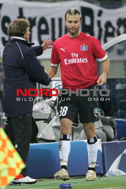 CL 06/07 Gruppe G - R&uuml;ckspiel<br /> Hamburger SV vs FC Porto 1.3<br /> <br /> Trainer Thomas Doll (links) vom Hamburger SV nimmt Danijel Ljuboja (rechts) nach seiner Auswechselung in Empfang.<br /> <br /> Foto :&copy; nordphoto <br /> <br /> <br /> <br /> <br /> <br /> <br /> <br />  *** Local Caption ***