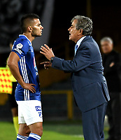 BOGOTÁ - COLOMBIA, 31–03-2019: Jorge Luis Pinto, técnico de Millonarios, da instrucciones a Jhon Duque de Millonarios, durante partido de la fecha 12 entre Millonarios y Deportivo Independiente Medellín, por la Liga Águila I 2019, jugado en el estadio Nemesio Camacho El Campín de la ciudad de Bogotá. / Jorge Luis Pinto coach of Millonarios, gives instructions to Jhon Duque of Millonarios, during a match of the 12th date between Millonarios and Deportivo Independiente Medellin, for the Aguila Leguaje I 2019 played at the Nemesio Camacho El Campin Stadium in Bogota city, Photo: VizzorImage / Luis Ramírez / Staff.