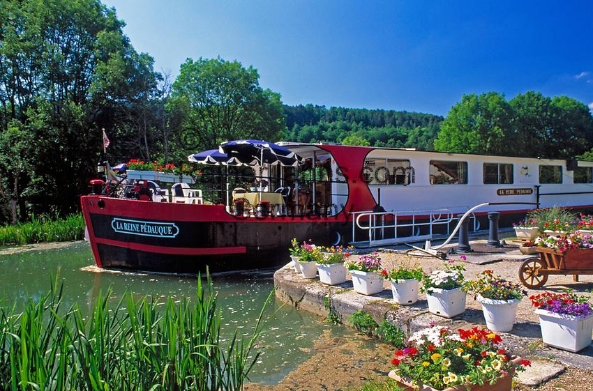 Frankreich, Burgund, Saône & Loire, Restaurant-Schiff verlaesst Schleuse auf dem Canal du Centre | France, Burgundy, Saône & Loire, Restaurant-Ship at Canal du Centre