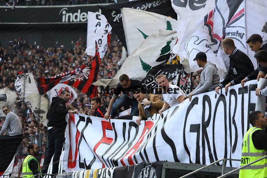 """Frankfurter Ultras rollen ein Banner aus """"Des Fußball größter Feind  - Ultras Frankfurt"""" - 16.09.2017: Eintracht Frankfurt vs. FC Augsburg, Commerzbank Arena"""
