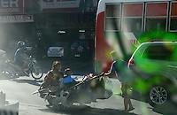 PHILIPPINES, Manila, Quezon City, homeless family with cart on the road / PHILIPPINEN, Manila, Quezon City, obdachlose Familie mit einem Karren auf der Strasse