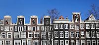 Grachtenpanden met halsgevels in Amsterdam
