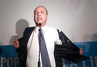 NAPOLI CONVEGNO PDL.NELLA FOTO  ANGELINO ALFANO TOGLIE LA GIACCA.FOTO CIRO DE LUCA.