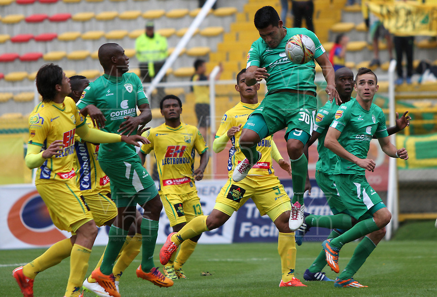 BOGOTA - COLOMBIA - 18-04-2015: Andy Pando de La Equidad disputa el balon contra el Atletico Huila  , durante partido  por la fecha 16 entre La Equidad y Atletico Huila  de la Liga Aguila I-2015, en el estadio Metropolitano de Techo  de la ciudad de Bogota. / Andy Pando   player of  La Equidad fights the ball against to Atletico Huila , during an  match of the 16 date between La Equidad and Atletico Huila   for the Liga Aguila I -2015 at the Metropolitano de Techo  Stadium in Bogota city, Photo: VizzorImage / Felipe Caicedo / Staff.