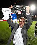Nederland, Zwolle, 13 april 2012.Jupiler League.Seizoen 2011-2012.FC Zwolle-FC Eindhoven (0-0).FC Zwolle is kampioen van de Jupiler League.Art Langeler, trainer-coach van FC Zwolle, toont trots de schaal