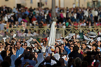 La statua della Madonna di Fatima viene mostrata ai fedeli accorsi in Piazza San Pietro accorsi per assistere alla messa mariana di Papa Francesco. The statue of Our Lady of Fatima arrives in St. Peter's square as part of a Marian Day event at the Vatican.