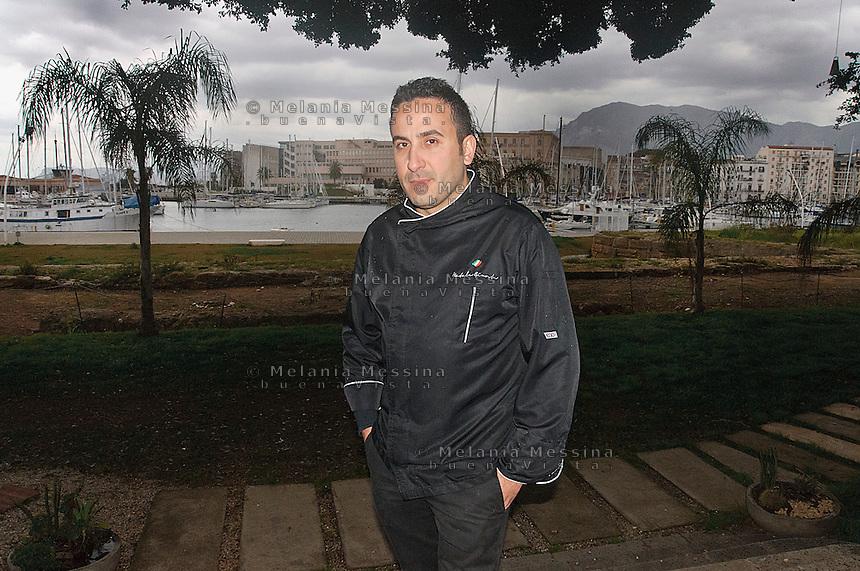 Natale Giunta, cuoco famoso di Palermo, all'ingresso del suo ristorante in città