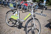 Miet-Fahrraeder der Firma Deezer - Nexbike und ein Miet-Fahrrad der Supermarkt-Firma Lidl auf dem Oranienplatz in Berlin-Kreuzberg.<br /> Die Fahrraeder sind mit einem GPS-Sender ausgestattet, der alle Bewegungen der Nutzer an die Firma sendet.<br /> 9.8.2018, Berlin<br /> Copyright: Christian-Ditsch.de<br /> [Inhaltsveraendernde Manipulation des Fotos nur nach ausdruecklicher Genehmigung des Fotografen. Vereinbarungen ueber Abtretung von Persoenlichkeitsrechten/Model Release der abgebildeten Person/Personen liegen nicht vor. NO MODEL RELEASE! Nur fuer Redaktionelle Zwecke. Don't publish without copyright Christian-Ditsch.de, Veroeffentlichung nur mit Fotografennennung, sowie gegen Honorar, MwSt. und Beleg. Konto: I N G - D i B a, IBAN DE58500105175400192269, BIC INGDDEFFXXX, Kontakt: post@christian-ditsch.de<br /> Bei der Bearbeitung der Dateiinformationen darf die Urheberkennzeichnung in den EXIF- und  IPTC-Daten nicht entfernt werden, diese sind in digitalen Medien nach &sect;95c UrhG rechtlich geschuetzt. Der Urhebervermerk wird gemaess &sect;13 UrhG verlangt.]