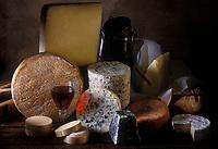 Gastronomie générale / Fromages: Pateau de fromages de France AOC: Saint- Nectaire,Cantal,  Fourme d'Ambert, Valençay, Livarot, Camembert  de Normandie, beurre ,pain et vin rouge