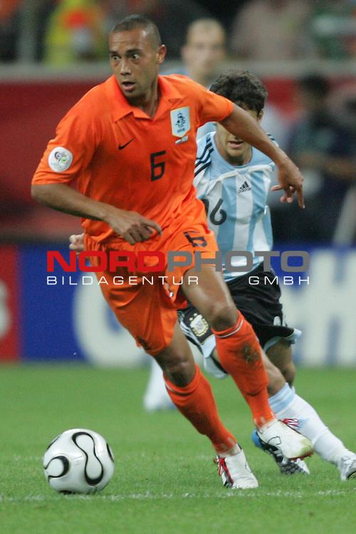 FIFA WM 2006 -  Gruppe C Vorrunde ( Group C )<br /> Play     #37 (21-Jun) - Niederland ( Holland ) - Argentinien 0:0<br /> <br /> Denny Landzaat von Niederlande in Einzel Aktion.<br /> Denny Landzaat f&uuml;hrt den Ball.<br /> <br /> Foto &copy; nordphoto