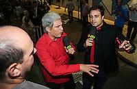 SAO PAULO, SP, 27 FEVEREIRO 2013 - 30 ANOS CUT -  Wellington Muniz e Rodrigo Scarpa humoristas do programa Panico tentam falar com o ex-presidente da República, Luiz Inácio Lula da Silva, apos  evento de comemoração dos 30 anos da Central Única dos Trabalhadores (CUT), realizado no Novotel Jaraguá, no centro de São Paulo, na manhã desta quarta- feira (27). (FOTO: WILLIAM VOLCOV / BRAZIL PHOTO PRESS).