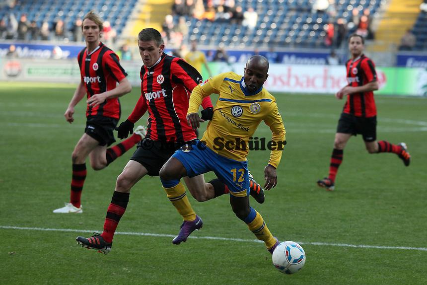 Dominik Kumbela (Braunschweig) gegen Sebastian Jung (Eintracht)