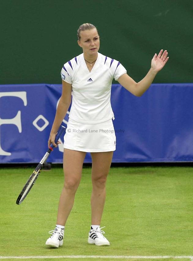Photo. Richard Lane. .DFS Classic, Edgbaston, Birmingham. 14/6/2000.Anna-Gaelle Sidot disputes with the umpire on her way to victory over Vanessa Webb.