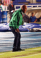 CALI - COLOMBIA-27-04-2013: Luis Herrera, asistente técnico del Deportivo Cali da instrucciones a los jugadores durante partido en el estadio Pascual Guerrero de la ciudad de Cali, abril 27 de 2013. Deportivo Cali y Atletico Junior durante partido por la decimotercera fecha de la Liga Postobon I. (Foto: VizzorImage / Juan C Quintero / Str).  Luis Herrera technical assistant  of Deportivo Cali gives instructions to the players during game in the Pascual Guerrero stadium in Cali City, April 27, 2013. Deportivo Cali and Atletico Junior in a match for the thirteenth round of the Postobon League I. (Photo: VizzorImage / Juan C Quintero / Str)...