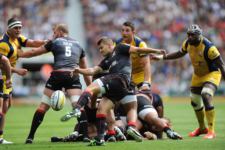 Richard Wigglesworth of Saracens sends up a box kick during the Aviva Premiership Rugby match between Saracens and Worcester Warriors at Twickenham Stadium on Saturday 03 September 2016 (Photo by Rob Munro/Stewart Communications)