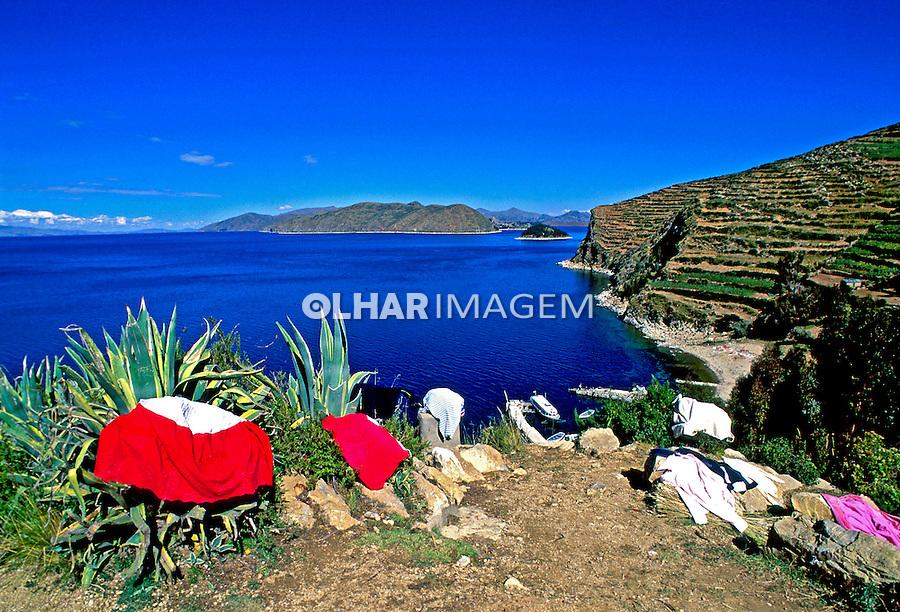 Roupas secando no Lago Titicaca. Bolivia. 1998. Foto de Juca Martins.