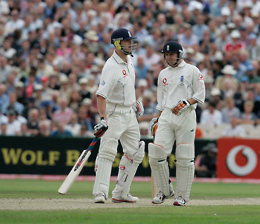 Photo: Peter Phillips..England v Australia. nPower Test Match Series, The Ashes 3rd Test. 12/08/2005..Andrew Flintoff and Geraint Jones discuss tactics in the middle between deliveries