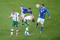 FUSSBALL  EUROPAMEISTERSCHAFT 2012   VORRUNDE Italien - Irland                       18.06.2012 Die Italiener Thiago Motta (Mitte) und Daniele De Rossi (re, beide Italien) gegen Jon Walters (li) und Glenn Whelan (Mitte, beide Irland)