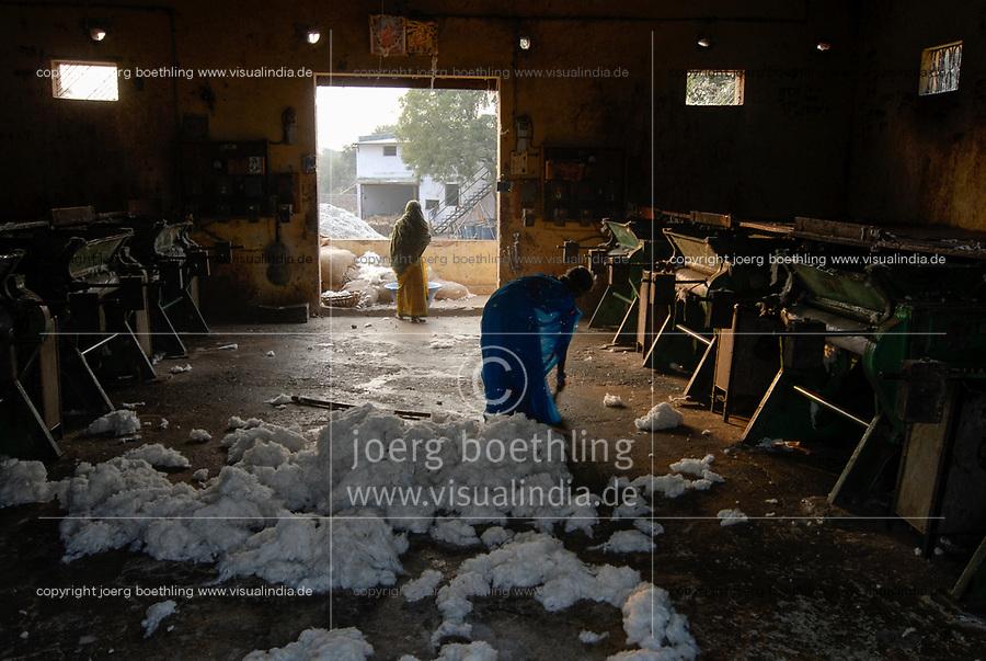 INDIA Madhya Pradesh , Kasrawad,  cotton farming, ginning factory / INDIEN Madhya Pradesh , Baumwollanbau, Entkernungsfabrik