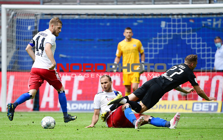 v.l. Aaron Hunt, Ewerton (HSV), Robin Scheu<br />Hamburg, 28.06.2020, Fussball 2. Bundesliga, Hamburger SV - SV Sandhausen<br />Foto: VWitters/Witters/Pool//via nordphoto<br /> DFL REGULATIONS PROHIBIT ANY USE OF PHOTOGRAPHS AS IMAGE SEQUENCES AND OR QUASI VIDEO<br />EDITORIAL USE ONLY<br />NATIONAL AND INTERNATIONAL NEWS AGENCIES OUT