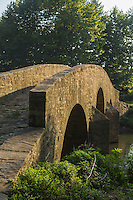 France, Aquitaine, Pyrénées-Atlantiques, Pays Basque, Bidache: Le pont Gramont sur le Lihoury  //  France, Pyrenees Atlantiques, Basque Country, Bidache: Old bridge on the Lihoury said pont de Gramont