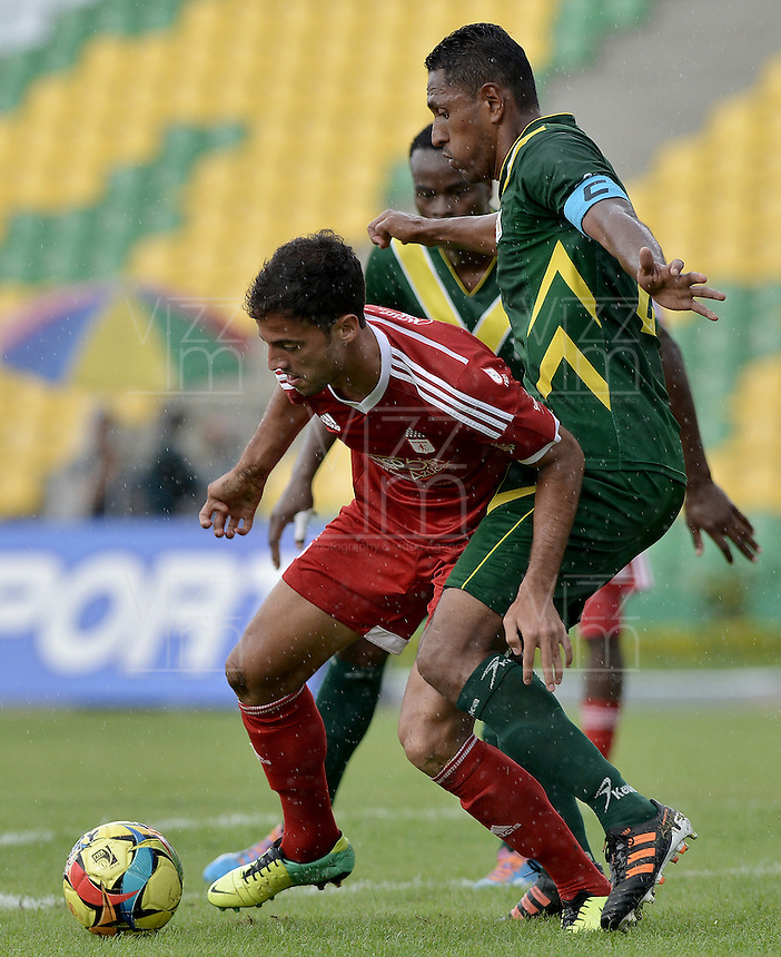 ARMENIA -COLOMBIA-26-12-2012. Wilson Galeano (Der) del Deportes Quindio disputa el balón con Jorge Brazalez (Izq) del América de Cali durante partido por la fecha 18 del Torneo Postobón I 2014 jugado en el estadio Centenario de la ciudad de Armenia./ Wilson Galeano (R) of Deportes Quindio fights for the ball with Jorge Brazalez (L) of America de Cali during the match for the 18th date of Postobon Tournament I 2014 played at Centenario stadium in Armenia city. Photo: VizzorImage/ Gabriel Aponte / Staff