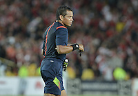BOGOTÁ -COLOMBIA, 19-07-2015. Carlos Gamarra, arbitro, durante partido entre Independiente Santa Fe y Cucuta Deportivo por la fecha 2 de la Liga Aguila II 2015 jugado en el estadio Nemesio Camacho El Campin de la ciudad de Bogota. / Carlos Gamarra, referee, during a match between Independiente Santa Fe and Cucuta Deportivo for the second date of the Liga Aguila II 2015 played at the Nemesio Camacho El Campin Stadium in Bogota city. Photo: VizzorImage/ Gabriel Aponte / Staff