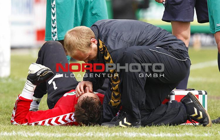 RLN 2007/2008 32. Spieltag  R&uuml;ckrunde<br /> BSV Kickers Emden -  VfB L&uuml;beck<br /> Bekam beim Stolperer von Enrico Neitzel (Kickers Emden # 11) auf die Nase: Torwart Achim Hollerieth (VfB L&uuml;beck / Luebeck # 1)<br /> Foto &copy; nph (  nordphoto  )<br /> <br /> <br /> <br />  *** Local Caption ***