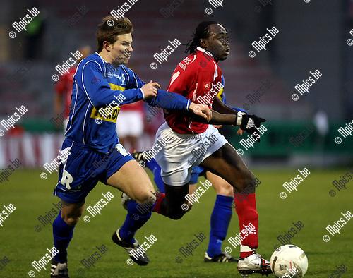 2008-04-05 / Voetbal / R. Antwerp FC - Verbroedering Geel /  Marijn Steurs van Geel zit Peter Utaka op de hielen...Foto: Maarten Straetemans (SMB)