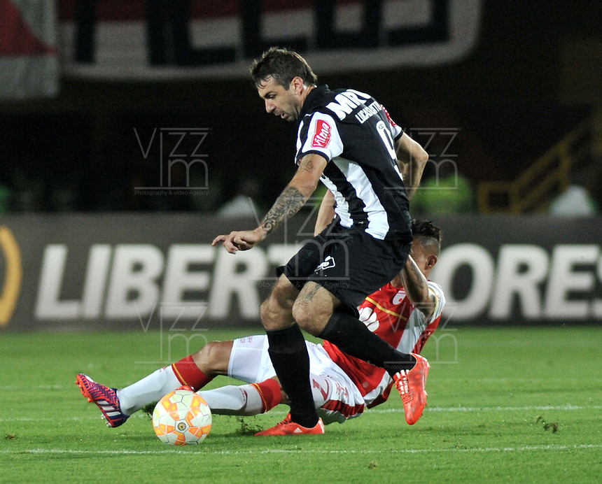 BOGOTA- COLOMBIA – 18-03-2015: Luis Arias (Der.) jugador del Independiente Santa Fe de Colombia, disputa el balon con Lucas Pratto (Izq.) jugador de Atletico Mineiro de Brasil, durante partido entre Independiente Santa Fe de Colombia y Atletico Mineiro de Brasil, por la segunda fase, grupo 1, de la Copa Bridgestone Libertadores en el estadio Nemesio Camacho El Campin, de la ciudad de Bogota. / Luis Arias (R) player of Independiente Santa Fe of Colombia, figths for the ball with Lucas Pratto (L) jugador of Atletico Mineiro of Brasil during a match between Independiente Santa Fe of Colombia and Atletico Mineiro of Brasil for the second phase, group 1, of the Copa Bridgestone Libertadores in the Nemesio Camacho El Campin in Bogota city. Photo: VizzorImage / Luis Ramirez / Staff.