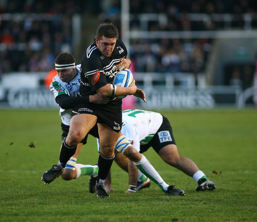 Photo: Andrew Unwin..Newcastle Falcons v Montauban. European Challenge Cup. 17/12/2006..Newcastle Falcons' Jon Golding (C) attacks.