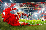 20.02.2018, Allianz Arena, Muenchen, GER, UEFA CL, FC Bayern Muenchen (GER) vs Besiktas Istanbul (TUR), Achtelfinale, im Bild Robert Lewandowski (FCB #9) im Tor nach seinem Tor zum 5-0 <br /> <br /> Foto &copy; nordphoto / Straubmeier