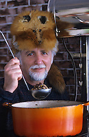 """Amérique/Amérique du Nord/Canada/Quebec/La Baie : Michel Lambert chef de l'auberge """"La Maison de la Rivière"""" avec une coiffe de trappeur"""
