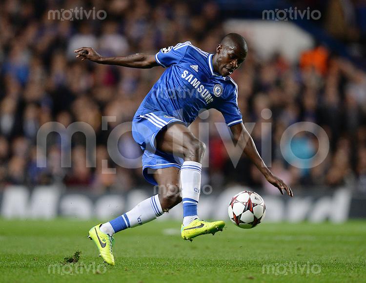 FUSSBALL   CHAMPIONS LEAGUE   SAISON 2013/2014   Vorrunde  in London FC Chelsea - FC Schalke     06.11.2013 Ramires (FC Chelsea) am Ball