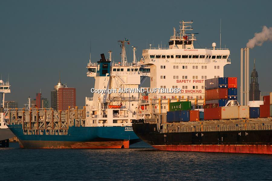 Schiffe im Hamburger Hafen auf Reede: EUROPA, DEUTSCHLAND, HAMBURG, (EUROPE, GERMANY), 27.12.2013: Schiffe im Hamburger Hafen auf Reede in der Norderelbe, im Hintergrund der Michel
