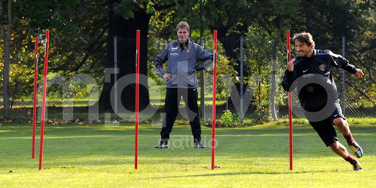 18. Oktober 2011: Dresden, Training von Fussball Zweitligist SG Dynamo Dresden: Trainer Ralf Loose beobachtet Martin Stoll beim Konditionstraining.