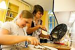 l'association l'arche acceuille des personnes handicapées mentales. swantje et Maelle préparent le repas pour tout le monde
