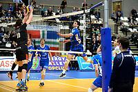 GRONINGEN - Volleybal, Lycurgus - Taurus, Alfa College, Eredivisie, seizoen 2017-2018, 04-11-2017, Lycurgus speler Frits van Gestel tikt de bal over het net