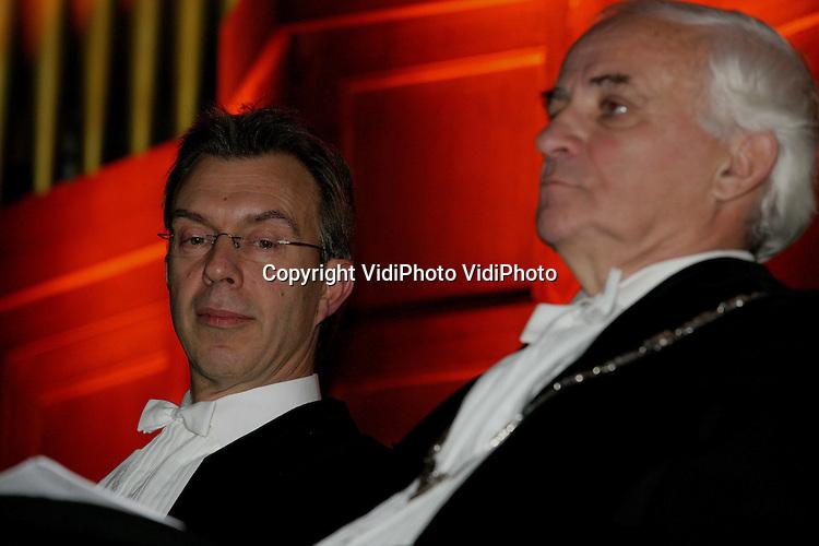 Foto: VidiPhoto..WAGENINGEN - Tijdens een plechtigheid in de Wageningse Vredeskerk is dinsdag prof. Martin Kropff (l) geïnstalleerd als nieuwe rector magnificus van de Wageningen UR. Hij volgt daarmee prof. Bert Speelman op.