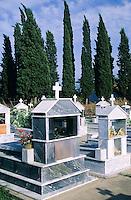 Echte Zypresse, Trauerzypresse, Säulenzypresse, Italienische Zypresse, Mittelmeer-Zypresse, angepflanzt auf einem Friedhof, Griechenland, Cupressus sempervirens, Mediterranean Cypress, Italian Cypress, Tuscan Cypress, Graveyard Cypress, Pencil Pine