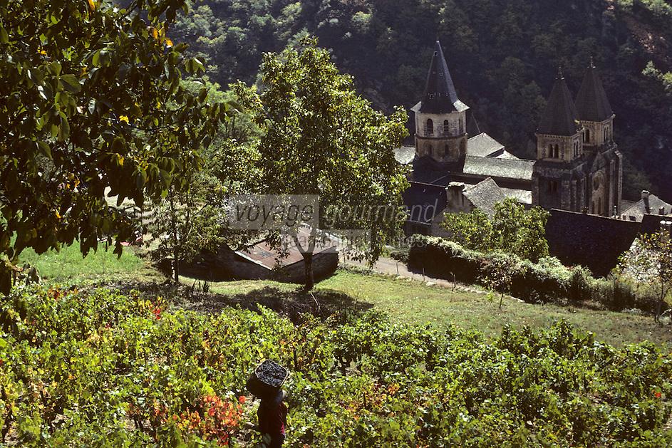 Europe/France/Auvergne/12/Aveyron/Conques: Vendanges et l'abbatiale Sainte-Foy<br /> PHOTO D'ARCHIVES // ARCHIVAL IMAGES<br /> FRANCE 1980