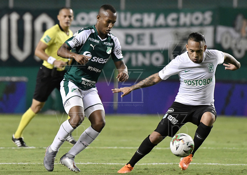 PALMIRA - COLOMBIA, 21-08-2019: Andres Balanta del Cali disputa el balón con Jarlan Barrera de Nacional durante partido entre Deportivo Cali y Atlético Nacional por la fecha 7 de la Liga Águila II 2019 jugado en el estadio Deportivo Cali de la ciudad de Palmira. / Andres Balanta of Cali vies for the ball with Jarlan Barrera of Nacional during match between Deportivo Cali and Atletico Nacional for the date 7 as part Aguila League II 2019 played at Deportivo Cali stadium in Palmira city. Photo: VizzorImage / Gabriel Aponte / Staff